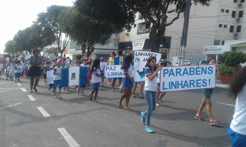 Estudantes de Linhares resgatam história do município através de caminhada