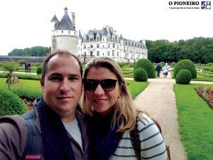 O médico cirurgião vascular, Gustavo Coffler, ao lado da esposa Gabriela, em viagem internacional